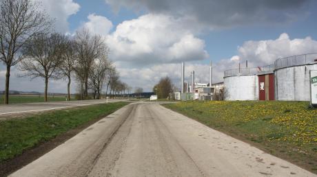 Biogasanlage Maihingen: Auf der rechten Seite des befestigten Feldwegs soll eine Tankstelle gebaut werden, die eine Wasserstoff-Zapfsäule hat. Die Bauarbeiten sollen starten, sobald die Pläne vom Landratsamt Donau-Ries abgesegnet wurden.