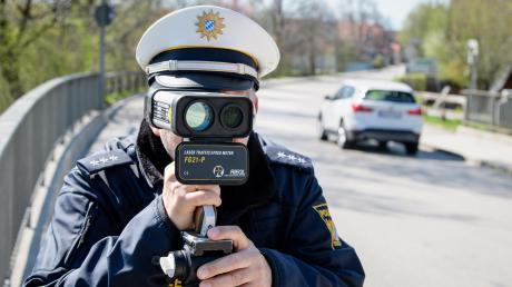 Beim Blitzmarathon 2021 will die bayerische Polizei die Verkehrsteilnehmer auf die Gefahren hoher Geschwindigkeiten aufmerksam machen. Im Landkreis Donau-Ries sind knapp 20 Messstellen für die Aktion vorab veröffentlicht worden.