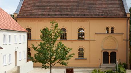 Das Ensemble der ehemaligen jüdischen Synagoge in Hainsfarth, wie es sich heute darstellt.