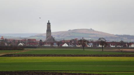 """Der Glockenturm """"Daniel"""" der Kirche Sankt Georg ragt aus der Ortsmitte der im Meteoritenkrater Nördlinger Ries liegenden Stadt. Bodenproben aus der Gegend werden unter anderem analysiert, um Daten für die Mars-Mission der NASA zu bekommen."""