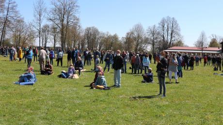 Die Polizei schätzt, dass rund 400 Menschen die Versammlung am Oettinger Schießwasen verfolgt haben, auf der gegen die Corona-Maßnahmen demonstriert wurde.