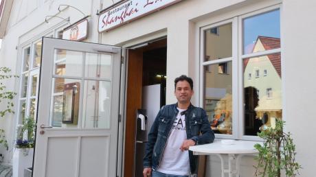 Nurullah Azimi beginnt seine Ausbildung im Nördlinger Restaurant Shanghai. 2019 wurde der Afghane abgeschoben, nachdem er rund acht Jahre lang in Deutschland gelebt hatte. Nun ist er wieder zurück.