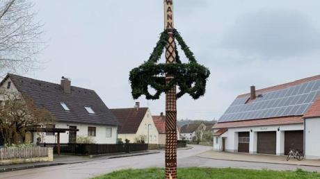 """Der """"Lockdownbaum"""" am Ortsrand von Mönchsdeggingen."""