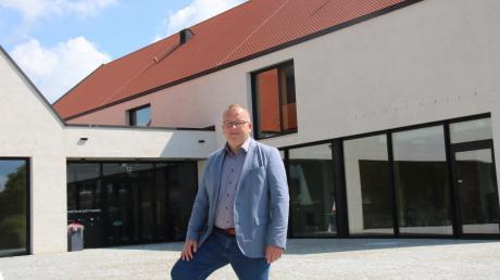Trotz nicht ganz einfacher Rahmenbedingungen durch die Corona-Pandemie will Möttingens Bürgermeister Timo Böllmann, hier vor dem Gemeindezentrum, ohne Neuverschuldung durch das Haushaltsjahr 2021 kommen.