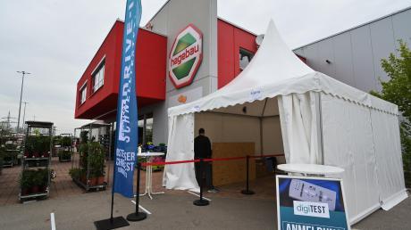 Der Baumarkt Hagebau in Nördlingen hat ein Zelt aufgebaut, in dem sich Kunden mit einem Schnelltest den Eintritt in den Markt ertesten können.