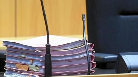 Ein Bild aus der Zeit des Prozesses vor dem Augsburger Landgericht: Die Akten zu dem Fall des Rieser Landwirts liegen auf dem Tisch der Richter. Die verurteilten den Mann zu 13,5 Jahren Haft.
