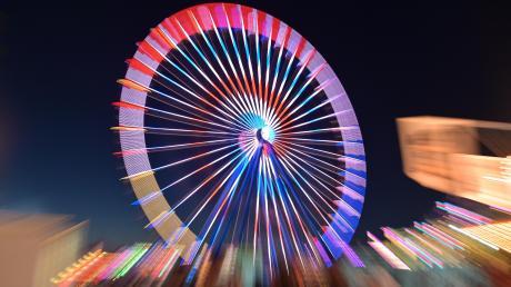 Bei der Jubiläumsmess' 2019 leuchtete das Riesenrad mit spektakulären Effekten weit ins Ries hinein. Ein ähnliches Spektakel mit attraktiven Fahrgeschäften auf der Nördlinger Kaiserwiese wird es frühestens im Jahr 2022 wieder geben, so viel ist klar.