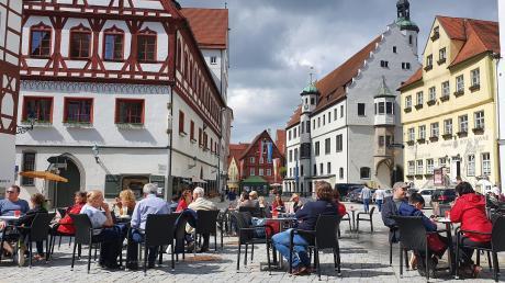 Die Stühle der Außengastronomie in Nördlingen sind vor allem seit der Wetterbesserung am Wochenende wieder gut besetzt.