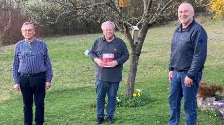 """Das Buch """"Täter Helfer Trittbrettfahrer"""", Ausgabe Nordschwaben, und sein Herausgeber Dr. Wolfgang Proske (Mitte), sowie die Autoren Werner Eisenschink (links) und Dr. Franz Josef Merkl."""