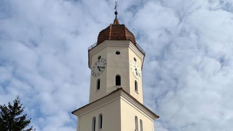 Der Kirchturm von St. Oswald in Ederheim.