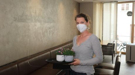 Andrea Kleibl bereitet das Restaurant Kleibls am Daniel für die Gäste vor. Plexiglasscheiben zwischen den Tischen, auch Luftfilter sind installiert. Beim Kleibls ist nur wenig Außengastronomie möglich.
