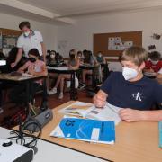 In den Innenräumen herrscht an bayerischen Schulen weiterhin Maskenpflicht, auch wenn dies für Schülerinnen und Schüler anstrengend ist. So sagen es die Kinder zweier achten Klassen am Theodor-Heuss-Gymnasium in Nördlingen.