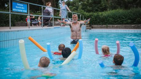 Einen Schwimmkurs wünschen sich im Ries viele Eltern für ihr Kind – doch es gibt nur wenige Plätze. Durch die Corona-Pandemie kam es nun zu einem Stau, die Wartelisten sind lang.
