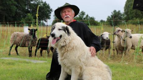 """Schäfer Peter Dobrick mit Pyrenäenberghund Fiffy. Der 45 Kilogramm schwere Rüde legte am Donnerstag seine Prüfung der """"Tauglichkeit der Herdenschutzhunde"""" ab."""