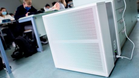 Ein Luftfiltergerät steht in einem Fachraum eines Gymnasiums. Für die Schulen, bei denen der Landkreis Eichstätt Träger ist, sollen sie vorerst noch nicht zum Einsatz kommen.