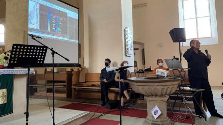 Wolfgang Saus zeigt bei einem Vortrag, wie viele Töne ein Mensch gleichzeitig singt. Das visualisierte er mit Grafiken. Danach gab es noch ein Konzert in der Klosterkirche in Auhausen.