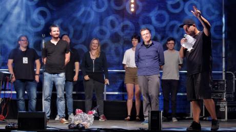 Die Dichter und Dichterinnen des Poetry Slam in Bopfingen: vorne mit den Finalisten Steven, Oliver Walter und Moderator Jens Hoffmann (von links).