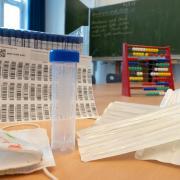 """Die """"Lolli-Tests"""" haben an einer Königsbrunner Grundschule nicht angeschlagen. Kurz darauf hatten sich zahlreiche Schüler angesteckt."""