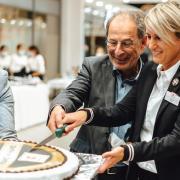 Zum Geburtstag gab es selbstverständlich eine Torte: Seit 50 Jahren gibt es das EGM auf der Kaiserwiese. Unser Bild zeigt von links Lena Trabert (Assistenz der EGM-Geschäftsführung), Simon Schenavsky (Eigentümer EGM) und Susanne Gehle (Kaufland).