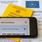 Mit offensichtlich gefälschten Impfnachweisen wollten fünf Personen in einer Apotheke in Bopfingen einen QR-Code ergattern. Jetzt ermittelt die Polizei. In Nördlingen wurde noch kein solcher Fall angezeigt.
