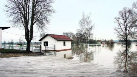 Der Schnee schmilzt und der noch gefrorene Boden kann das Wasser nicht aufnehmen. Und so wird das Ries einmal mehr überschwemmt, zum Beispiel rund um den Sportplatz von Wechingen.