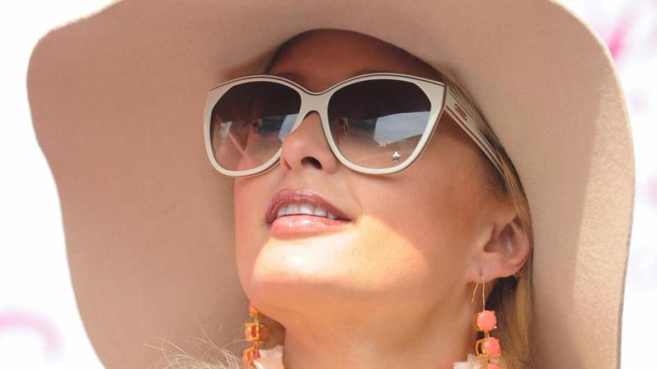 Leute: Paris Hilton nackt in Fernsehserie   Augsburger