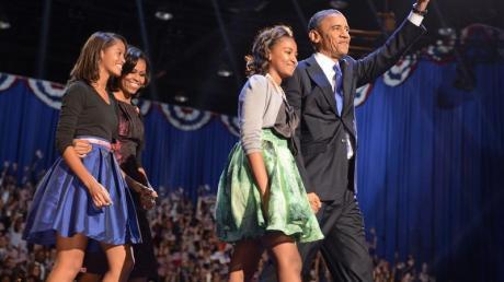 Ehefrau Michelle und die zwei Kinder Sasha and Malia Ann freuen sich über die Wiederwahl Barack Obama. Foto: Shawn Thew dpa