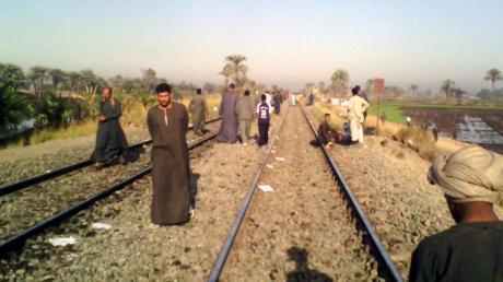In Ägypten soll ein Schaffner zwei Schwarzfahrer dazu gezwungen haben, aus dem fahrenden Zug zu springen.