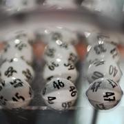 Vor der Ziehung der Lottozahlen liegen die Kugeln in der Lotto-Maschine. Foto: Fredrik von Erichsen /Archiv