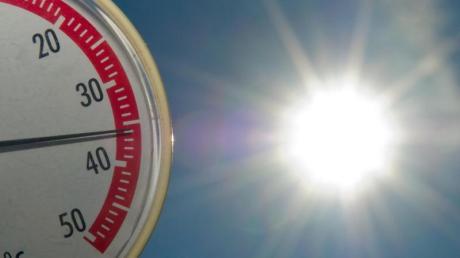 Ein Thermometer zeigt am Strand des Helenesees unweit von Frankfurt (Oder) in Brandenburg fast 36 Grad Celsius an. Foto: Patrick Pleul/Symbol