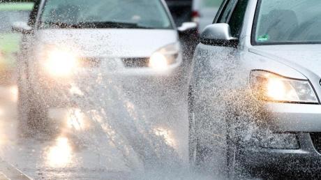 Weil er mit seinem Auto auf nasser Fahrbahn ins Schleudern gekommen war, hat ein Mann auf der A7 bei Dettingen einen Unfall verursacht.
