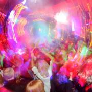 Menschen tanzen in einer Disco in Stuttgart: An Karfreitag und anderen Feiertagen herrscht in weiten Teilen Deutschlands das «Tanzverbot». Foto: Franziska Kraufmann/Archiv