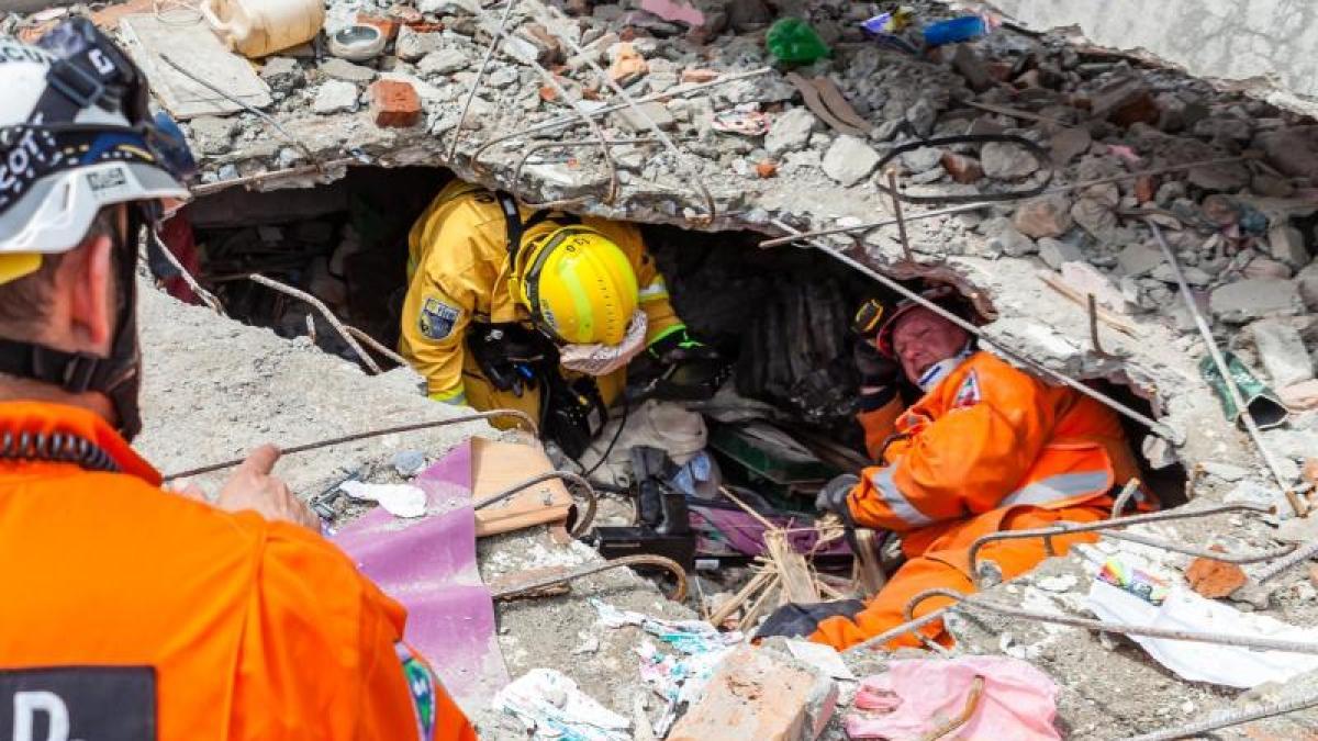 erdbeben in nepal drei menschen nach acht tagen lebendig aus tr mmern gerettet promis. Black Bedroom Furniture Sets. Home Design Ideas