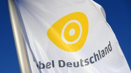 Eine Fahne mit dem Logo des Kabelnetzbetreibers Kabel Deutschland weht vor Beginn der Hauptversammlung des Unternehmens in München.