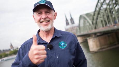 """Robert """"Bob"""" McCarron alias Dr. Bob am Rheinufer in Köln. Für die Dschungelshow 2021 kam er erneut nach Deutschland. Hier ein Porträt."""