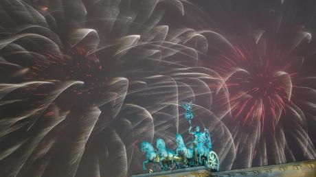 Das Erste und ZDF zeigen das Feuerwerk am Brandeburger Tor live um Mitternacht.