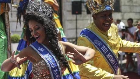 König Momo (Wilson Dias) und Königin Clara Paixao eröffnen den Karneval in Rio.