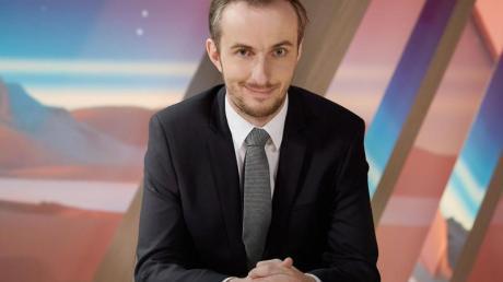 Jan Böhmermann sitzt in der Kulisse seiner Show «Neo Magazin Royale». Foto: Ben Knabe/ZDF