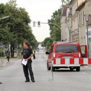 Polizei und Feuerwehr sperren die Innenstadt von Oranienburg ab. Wegen einer Bombenentschärfung müssen rund 12.000 Einwohner der brandenburgischen Stadt ihre Häuser vorübergehend verlassen. Foto: Nestor Bachmann