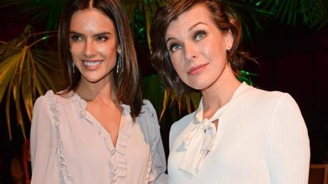 Alessandra Ambrosio (l) und Milla Jovovich im sommerlichen Outfit bei der Fashion Week.