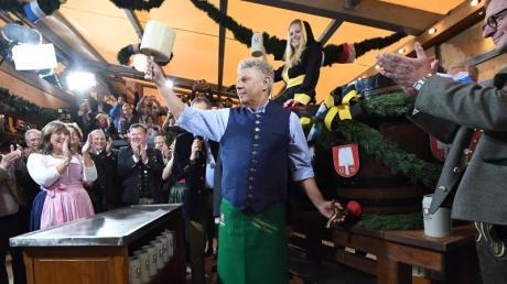 Der Münchner Oberbürgermeister Dieter Reiter sticht das erste Fass Bier an. Foto: Peter Kneffel