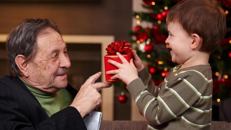 Weihnachtsgeschenke: So schenken Oma und Opa richtig - Geld & Leben ...