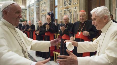 Papst Franziskus (links) muss damit leben, dass sein Vorgänger Benedikt XVI. in wichtigen Kirchenfragen nicht schweigen will.