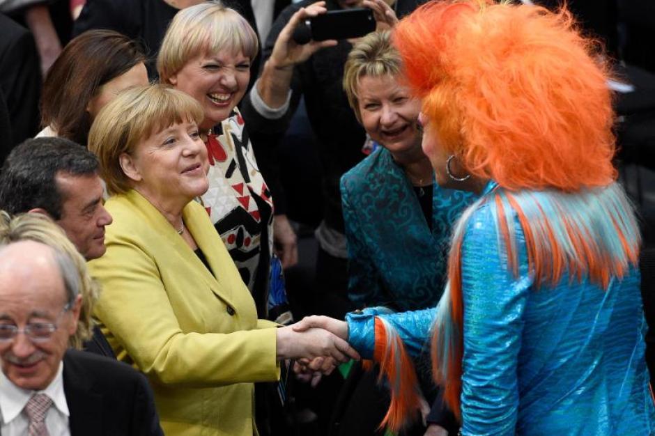 Bundeskanzlerin Angela Merkel Cdu 2 V R Drag Queen Olivia Jones M Und Jogi Low L Vor Der Wahl Des Bundesprasidenten Foto Gregor Fischer Augsburger Allgemeine