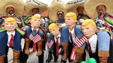Als Mexikaner verkleidete Narren «reiten» auf Trump.