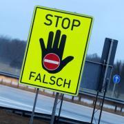 Ein Schild mit der Aufschrift «Stop Falsch» an der Autobahn A8 nahe Grabenstätt (Bayern). Foto: Tobias Hase