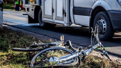 Ein Radler war im Obermoos in Derching unterwegs und stürzte. Laut Polizei trug der  70-Jährige einen gebrochenen Unterschenkel davon.