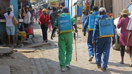 Städtische Angestellte desinfizieren in Antananarivo im September öffentliche Wege und Privathäuser. Foto: Laetitia Bezain