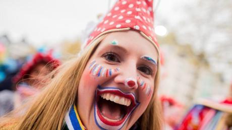 Eine Jeckin feiert am Heumarkt in Köln den Beginn der Karnevalsession.