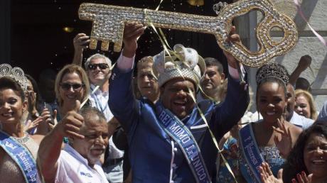 «König Momo» hebt den Schlüssel der Stadt als Zeichen des Beginns des Karnevals in der südamerikanischen Metropole. Foto: Leo Correa
